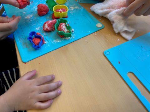 小麦粉粘土で感触遊び! ステップクラス